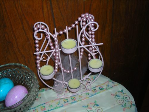 here's a GW find from last week ... painted it, threw a strand of pink 'pearls' on it, added the tealight candles ... cute!