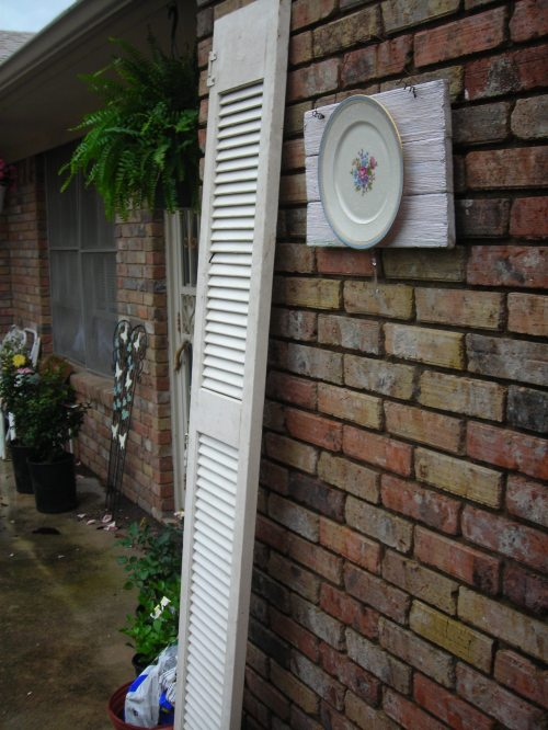 got two of these TALL shutters in lampasas (both for $5) ... the sweet plate on wood piece is sue's creation